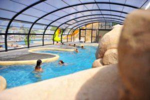 La piscine couverte et chauffée du camping les Dinosaures
