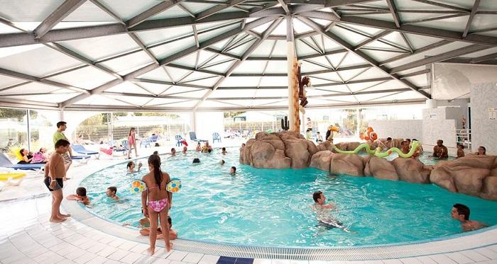 piscine intérieure du parc aquatique