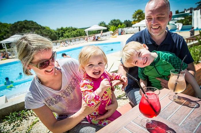 terrasse en famille du camping en Vendée